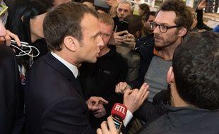 Emmanuel Macron échange avec des agriculteurs au Salon de l'agriculture, le 24 février 2018.