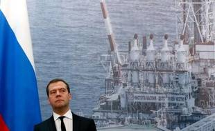 """Le Premier ministre russe Dmitri Medvedev a estimé lundi que la croissance de l'économie russe s'élèverait """"dans le meilleur des cas"""" à 2% en 2013, soit bien moins que les années précédentes, en raison de la mauvaise conjoncture internationale."""
