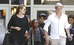 Angelina Jolie et Brad Pitt, accompagnés par leurs enfants Maddox et Zahara, à Los Angeles, le 14 juin 2014.