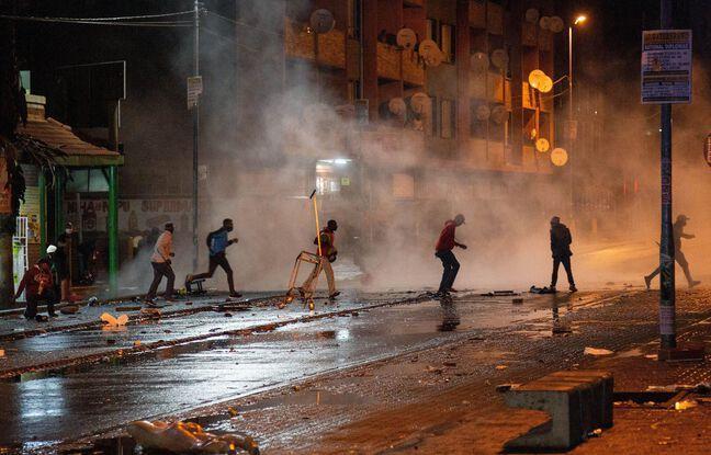 648x415 manifestants fuient bombes lacrymogenes johannesburg afrique sud 11 juillet 2021