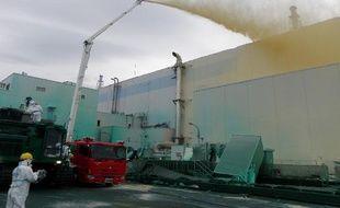 Des ouvriers envoient un inhibiteur de poussière sur la centrale nucléaire de Fukushima, le 27 mai 2011.