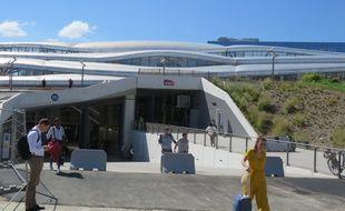 L'entrée principale de la gare de Rennes, avec ses abords végétalisés.
