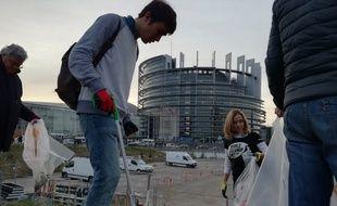 Ramassage de déchets aux abords du Parlement européen à Strasbourg contre l'utilisation des produits plastiques jetables ce mardi matin.