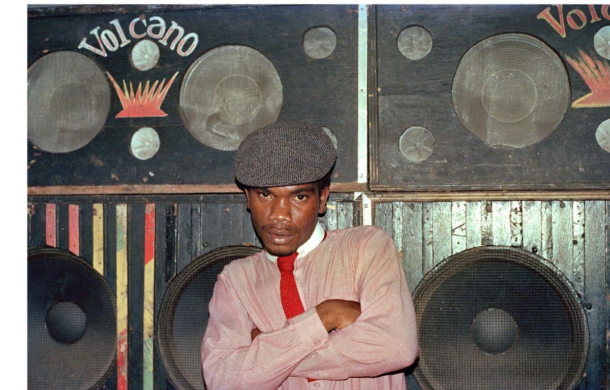 Le DJ El Figo Barker devant le sound-system Volcano, 1984 – Beth Lesser