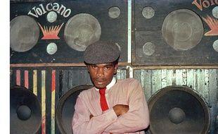 Le DJ El Figo Barker devant le sound-system Volcano, 1984