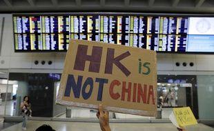 Un manifestant à l'aéroport de Hong Kong, le 10 août.