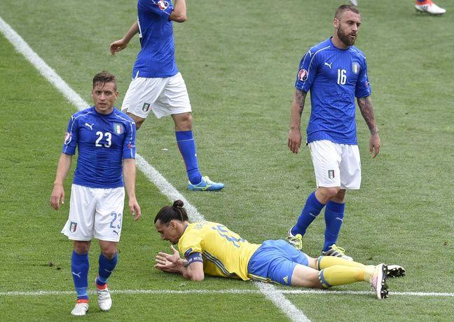 Zlatan mange la pelouse face à l'Italie. Qui c'est les plus forts?