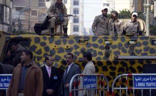 Des policiers égyptiens en faction devant le tribunal de Minya, le 25 mars 2014, où se déroule le procès de 700 partisans de Morsi