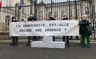 Des militants de l'association A la Bretonne devant la mairie de Nantes, le 28 octobre 2020