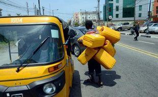 Un homme va chercher de l'essence à Lagos (Nigeria), le 21 mai 2015
