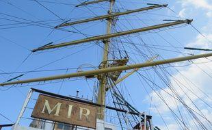Le navire a des mâts de 49 mètres de haut.