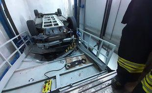 Une voiture a été retrouvée, retournée, sur le toit d'un ascenseur à Nice.