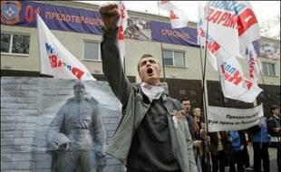 Soixante-quatorze personnes ont été blessées et quelque 600 manifestants ont été interpellés dans la nuit de vendredi à samedi lors de nouveaux affrontements entre la police et les opposants au déplacement d'un monument soviétique à Tallinn.