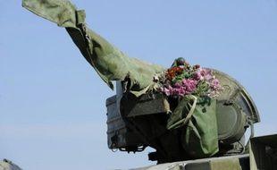 Un bouquet de fleurs sur la tourelle d'un char des forces ukrainiennes, le 5 octobre 2015 à Crymske, dans la région séparatiste de Lougansk