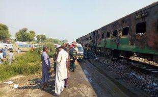 Au moins 65 personnes ont péri dans l'incendie qui s'est déclaré à bord d'un train de passagers au Pakistan, le 31 octobre 2019.