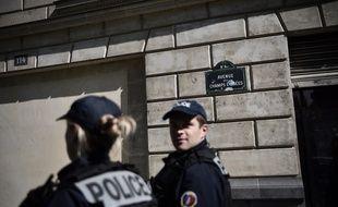 Des officiers de police en patrouille sur les Champs-Elysées.