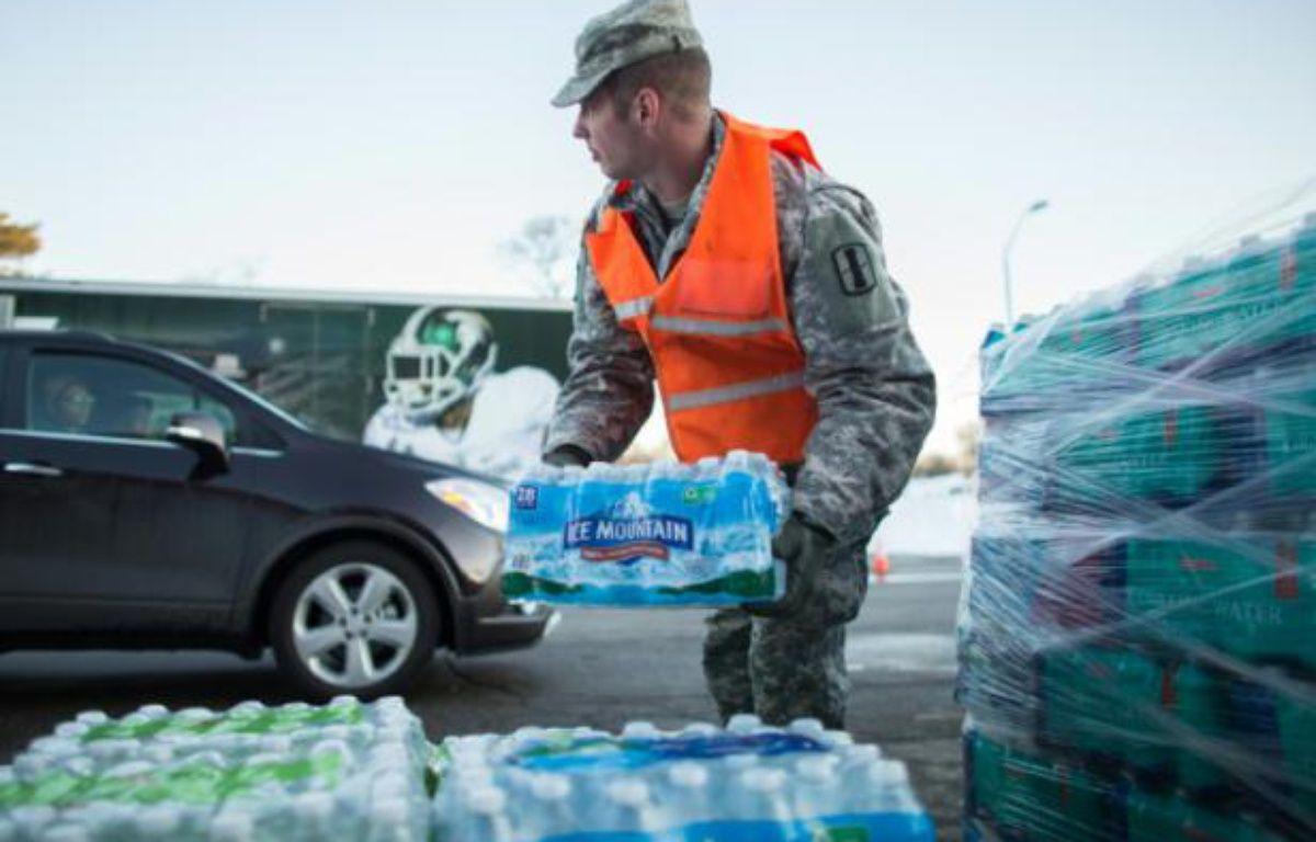 Distribution de bouteilles d'eau à Flint (Michigan), le 4 mars 2016 – Geoff Robins AFP