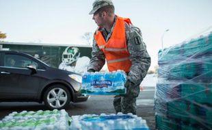 Distribution de bouteilles d'eau à Flint (Michigan), le 4 mars 2016