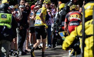 Christopher Froome finit la 12e étape du Tour de France à pied, le 14 juillet 2016.