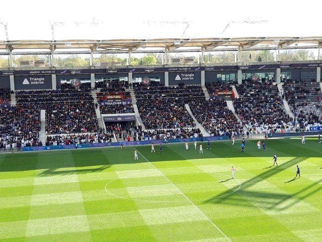 La tribune honneur sud du Stadium était copieusement garnie.
