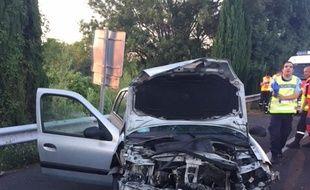 La voiture du chauffard a été détruite sous le choc. le passager est décédé;