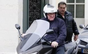 Gérard Depardieu, qui a entamé à New York le tournage d'un film sur l'affaire DSK, est absent à son procès vendredi matin à Paris pour conduite en état d'ivresse de son scooter en novembre.