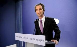 Le porte-parole de l'Elysée David Martinon, dont la démission avait été refusée par Nicolas Sarkozy il y a dix jours après le capotage de sa campagne pour les municipales à Neuilly, a assuré jeudi qu'il conservait ses fonctions à la présidence.
