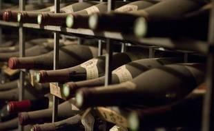 Des bouteilles de vin dans une cave (illustration).