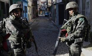 Des soldats brésiliens patrouillent dans les rues de la favela de Mare à Rio le 5 avril 2014