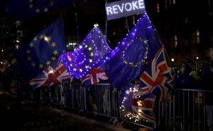 Des manifestants pro-Europe rassemblés devant le Parlement britannique le 4 septembre 2019 après une double défaite de Boris Johnson.