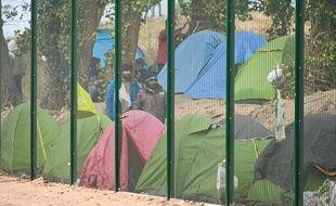 Des migrants et des tentes à Calais, avril 2020. (Illustration