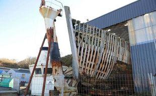 La proue de la Calypso, le célèbre navire du commandant Cousteau, le 27 février 2015 dans les chantiers Piriou à Concarneau, en Bretagne