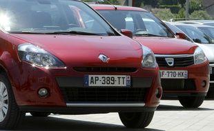 Une Renault Clio (à gauche) et une Dacia Sandero.
