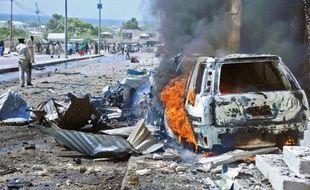 Une voiture brûle après un attentat suicide près de l'entrée de l'aéroport de Mogadiscio, le 3 décembre 2014 en Somalie