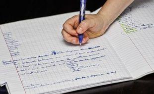 Un écolier écrivant - Illustration