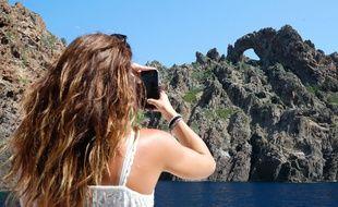 Une touriste dans la réserve de Scandola en Corse