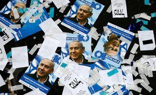 Des tracts et des affiches de Benjamin Netanyahou au siège du Likoud à Tel-Aviv, le 10 avril 2019.