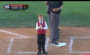 La prestation du petit Ethan a suscité de nombreux sourires dans le stade d'Adélaïde.
