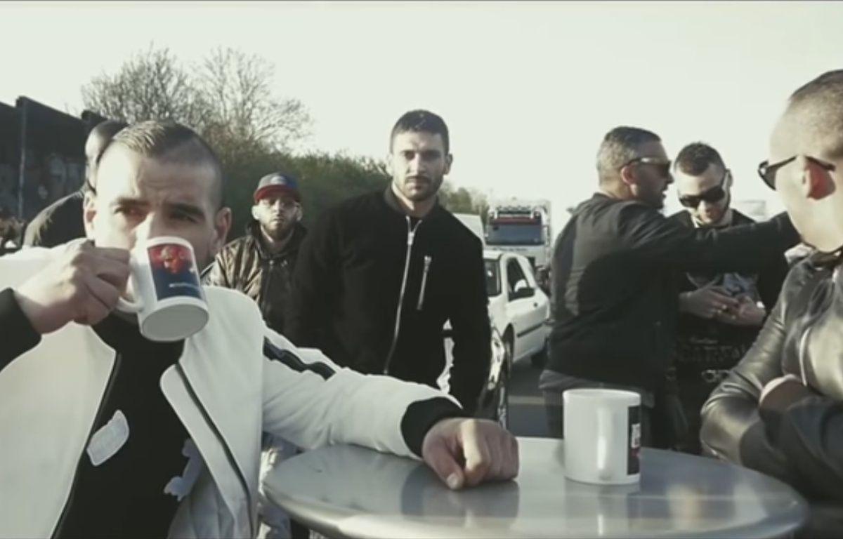Le rappeur Fianso buvant un coup sur l'A3. – Capture d'écran / Youtube