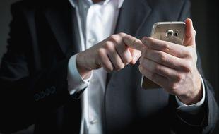 Illustration d'un homme regardant son smartphone.