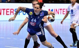 Alexandra Lacrabère avec l'équipe de France de handball.