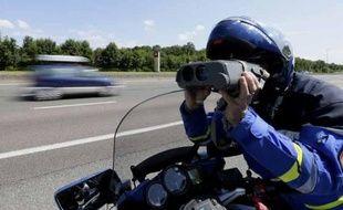 Un gendarme contrôlant la vitesse des automobilistes (illustration).