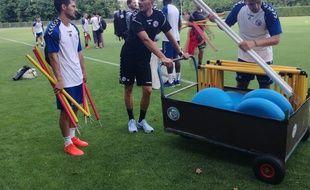 Bon le préparateur physique Florian Bailleux, particulièrement à la baguette ces jours-ci au Racing club de Strasbourg, n'est pas toujours aussi détendu, hein !