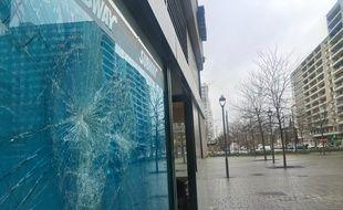 Une vitrine brisée d'un commerçant de l'Esplanade à Strasbourg, le 16 janvier 2018