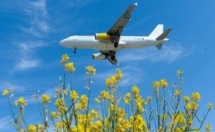 Un avion de la compagnie low-cost espagnol Vueling se prépare à atterrir sur l'aéroport de Barcelone, le 6 juin 2016