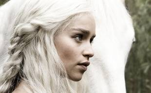 Si dans la série Daenerys Targaryen est blonde, Emilia Clarke est brune dans la vraie vie.
