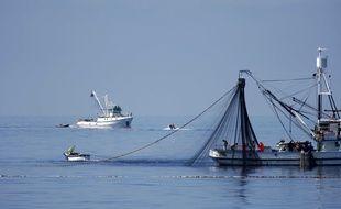 Illustration d'un bateau de pêche remontant ses filets.