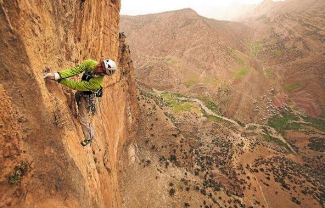 Pour de nombreux grimpeurs, tel Arnaud Petit, ici, à Taghia, Patrick Edlinger fut un exemple.