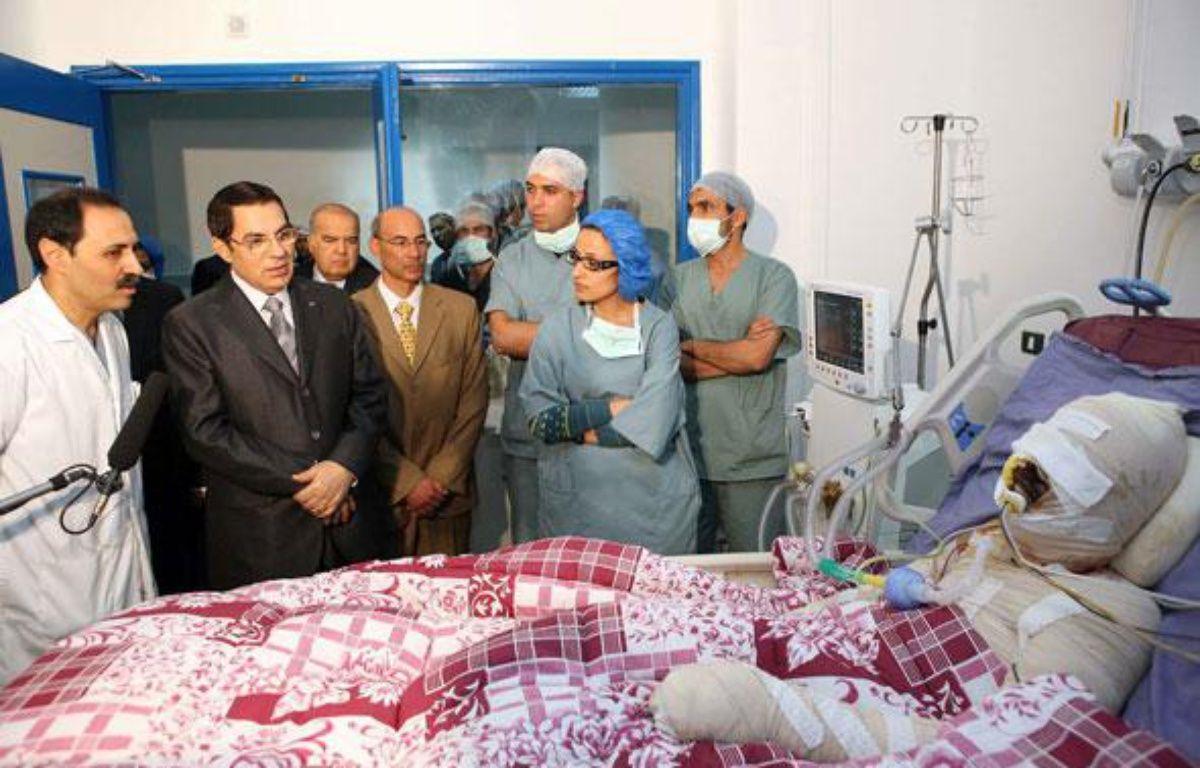 Le 28 décembre 2010, le président tunisien Zine El Abidine Ben  Ali se rend au chevet de Mohamed Bouazizi, un jeune diplômé au chômage qui s'est immolé par le feu à Sidi Bouzid en Tunisie.  – AP/SIPA