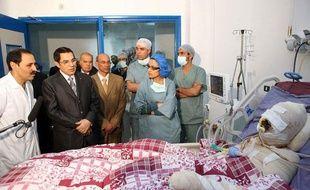 Le 28 décembre 2010, le président tunisien Zine El Abidine Ben  Ali se rend au chevet de Mohamed Bouazizi, un jeune diplômé au chômage qui s'est immolé par le feu à Sidi Bouzid en Tunisie.
